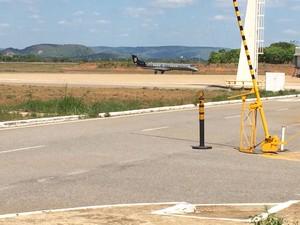 Suspeito chega ao aeroporto de Palmas (Foto: João Guilherme/TV Anhanguera)