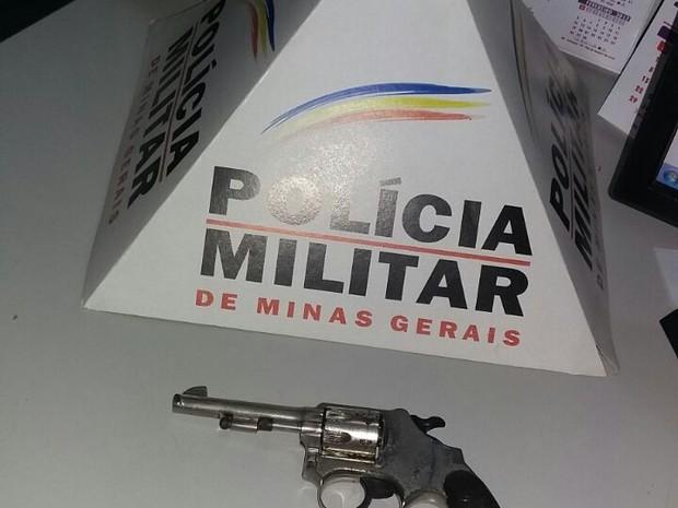 Material apreendido com o adolescente foragido (Foto: Polícia Militar/Divulgação)