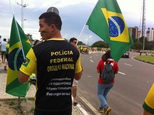 Manifestantes usaram bandeiras do Brasil durante ato contra governo Dilma em Manaus (Foto: Suelen Gonçalves/G1 AM)