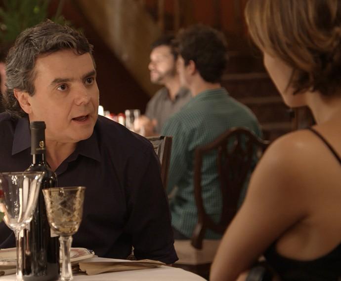 Evandro tenta investida em Alice (Foto: TV Globo)