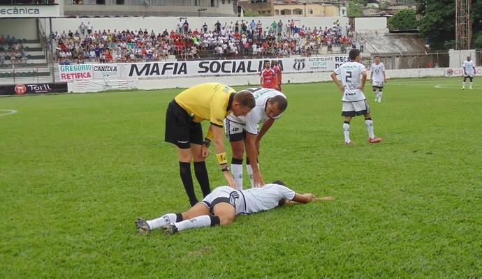Zagueiro sentiu o joelho após dividida com atacante do Tricordiano (Foto: Wilkson Tarres/Globoesporte.com)