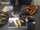Suspeitos de roubo são presos com armas e máscara de 'caveira pirata'