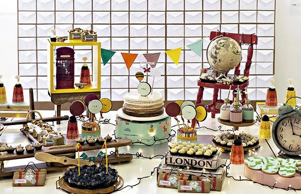 Brinquedos, objetos decorativos e docinhos se misturam na mesa criada pela Poá Festas & Craft. Ao fundo, a ótima sacada do painel feito com envelopes de cartas (Foto: Sandra Pagano/Editora Globo)