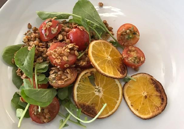 Receita de salada de grãos com granola, tomatinhos e limão siciliano, do Badebec (Foto: Glamour)