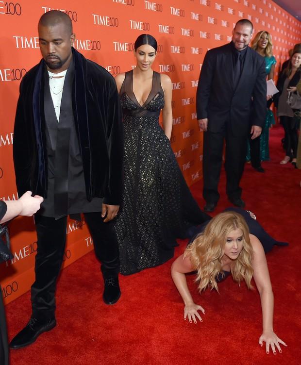 A comediante Amy Schumer se deita no tapete vermelho para Kanye West e Kim Kardashian atravessarem  (Foto: Getty Image)