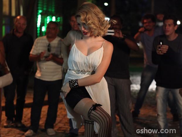Gata perde a noção e começa a levantar o vestido (Foto: Pedro Curi/TV Globo)