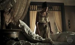 Malena encontra mancha de sangue no lençol de Branca
