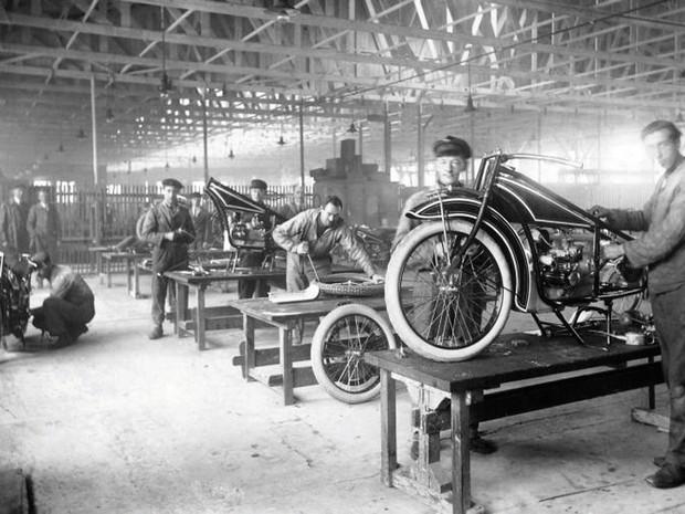 Produção da BMW R32, em 1923 (Foto: Divulgação)
