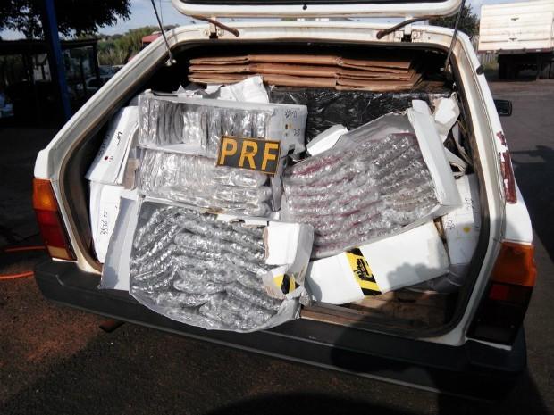 Veículo flagrado na BR-487 estava lotado de óculos de sol trazidos ilegalmente do Paraguai; segundo a PRF, havia espaço apenas para o motorista (Foto: PRF / Divulgação)