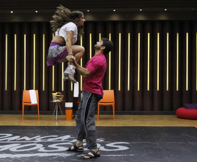 Viviane Araújo mostra equilíbrio no ar (Foto: Fabiano Battaglin / Gshow)