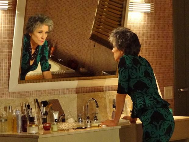 Melissa relembra o ocorrido e fica furiosa (Foto: Amor Eterno Amor/ TV Globo)