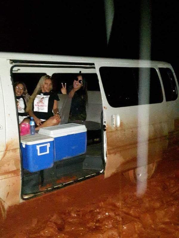 Mulher Melancia atola o carro antes de show em turnê no Suriname