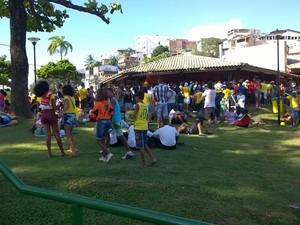 Torcedores se reúnem no Dique do Tororó, em Salvador (Foto: Yuri Girardi/G1 BA)