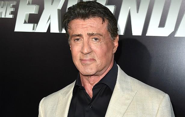 Já Sylvester Stallone teve problemas mesmo foi no primeiro filme da franquia 'Os Mercenários', em 2010. Ele quebrou o pescoço enquanto gravava uma sequência de ação. Foi algo tão sério que implantaram uma placa de metal nessa parte do corpo do intérprete de Rambo e Rocky. (Foto: Getty Images)
