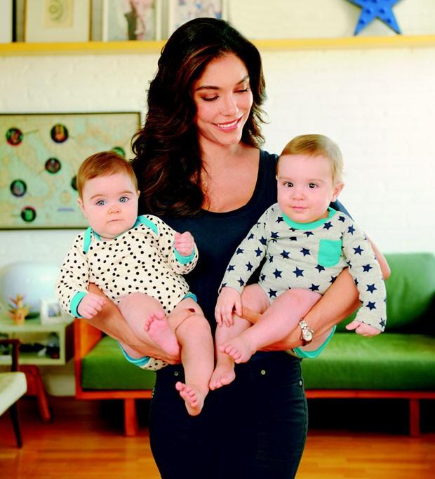 Laura com os gêmeos Raul e Teresa (Foto: Editora Globo)