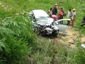 Carro foi arremessado para uma pequena ribanceira (Foto: Eudo Mendes/Itapetinga Repórter)