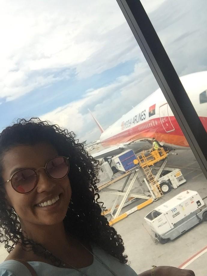 Momentos antes de embarcar selfie com a aeronave no fundo? Pode! (Foto: Divulgação / TV Gazeta ES)