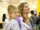 Gisele Bündchen embarca com a filha, Vivian, em São Paulo