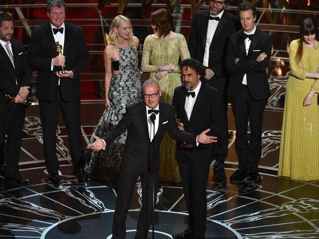 Michael Keaton agradece o Oscar de melhor filme a 'Birdman' (Foto: John Shearer/Invision/AP)