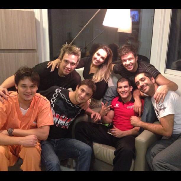 Kiko, Bruno e Leandro posam com amigos e familiares (Foto: Reprodução/Instagram)