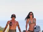 Após saia justa, Wanessa Milhomem curte praia com Anthony Kiedis