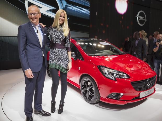 Claudia Schiffer e Karl-Thomas Neumann no lançamento do novo Corsa (Foto: Divulgação/GM)