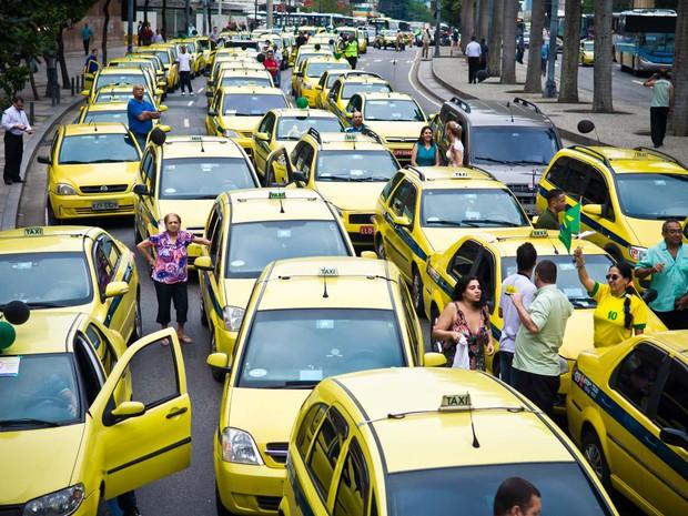 Uma carreata de taxistas deixava o trânsito lento na avenida Presidente Antônio Carlos, na altura do fórum, no Centro do Rio, por volta das 14h40 desta sexta-feira (28). (Foto: Reynaldo Vasconcelos/Futura Press)