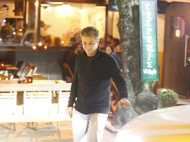 Luciano Huck em restaurante na Zona Oeste do Rio (Foto: Ag. News)