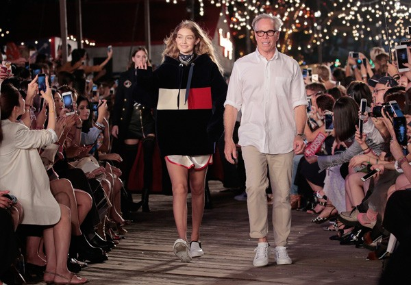 Gigi Hadid e Tommy Hilfiger no último desfile da marca na Semana de Moda de Nova York (Foto: Getty Images)