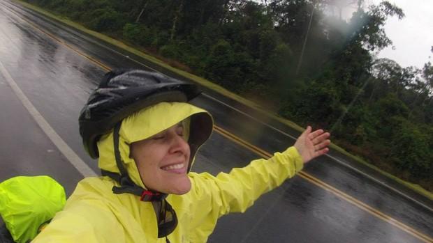 Carol Emboava ciclismo chuva (Foto: Divulgação/ Giramérica)