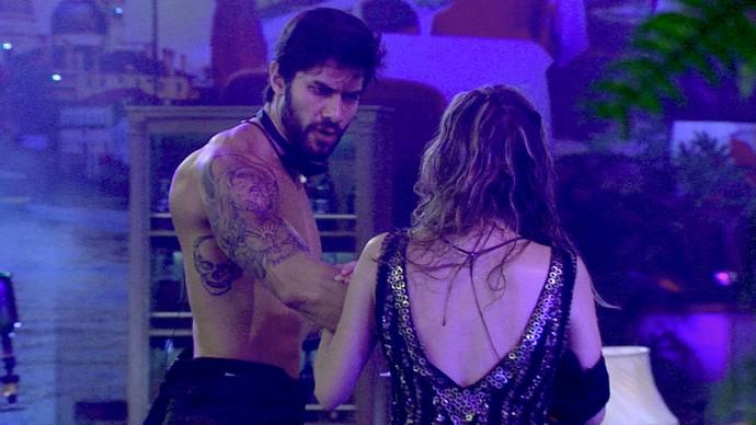 Renan e ana discutem - festa oriente (Foto: TV Globo)