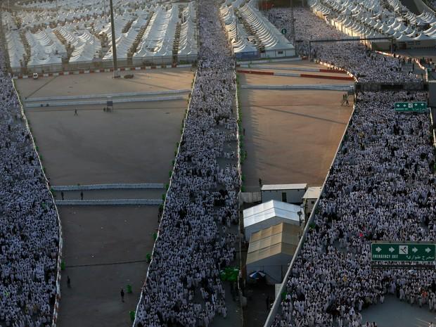 Peregrinos muçulmanos participam do ritual de apedrejamento de Satanás em Mina, na Arábia Saudita (Foto: Ahmad Gharabli/AFP)