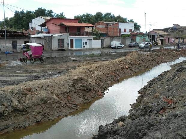 Bairro Ilha das Cobras amanheceu coberto de lama (Foto: Marcos Landim/TV Rio Sul)