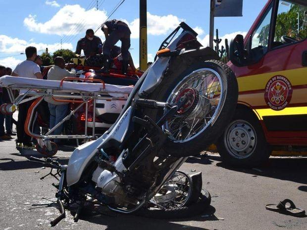 Motociclista colidiu com carro  (Foto: Divulgação / Mais Tupã)