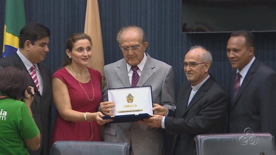 O Presidente da Rede Amazônica, jornalista Phelippe Daou recebeu  uma placa comemorativa (Foto: Jornal do Amazonas)