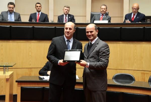 Deputado José Milton Scheffer entrega a homenagem a Mário Neves, diretor geral da RBS TV em SC (Foto: Miriam Zomer/Alesc)