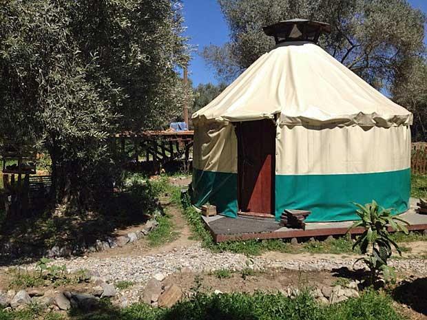 Moradores vivem em cabanas comunitárias que eles mesmos construíram (www.freeandreal.org) (Foto: www.freeandreal.org / Via BBC)