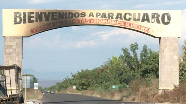 Entrada da aldeia de Paracuaro, no México; o local é controlado por Milícias (Foto: BBC)