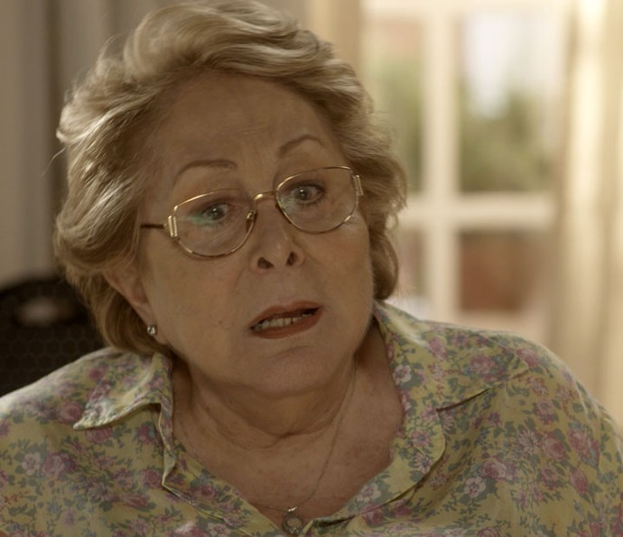 Geppina conta para a neta que Loretta não foi boa mãe (Foto: TV Globo)