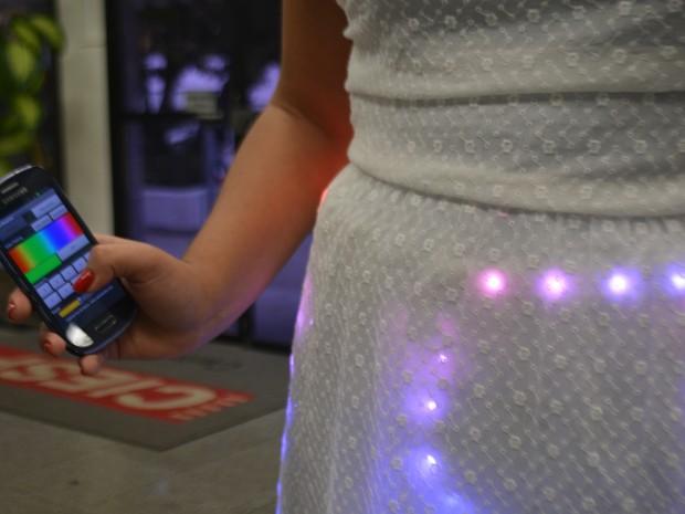 Iniciativa costura roupas com luzes de LED (Foto: Jaqueline Zanoveli/ G1)