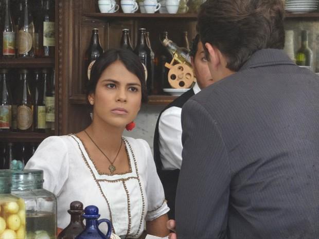 Gilda diz que Albertinho nunca ficará com uma moça pobre (Foto: Lado a Lado/TV Globo)