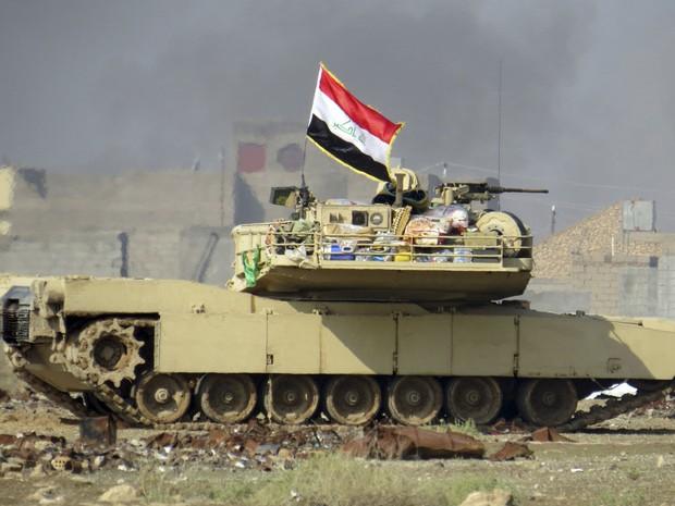 Tanque do Exército iraquiano avança após entrar em conflito com militantes em Ramadi, no Iraque (Foto: AP Photo/Osama Sami)