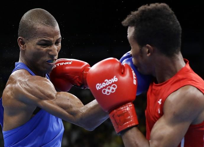 Robson Conceição em luta contra cubano Lázaro Álvarez (Foto: AP)