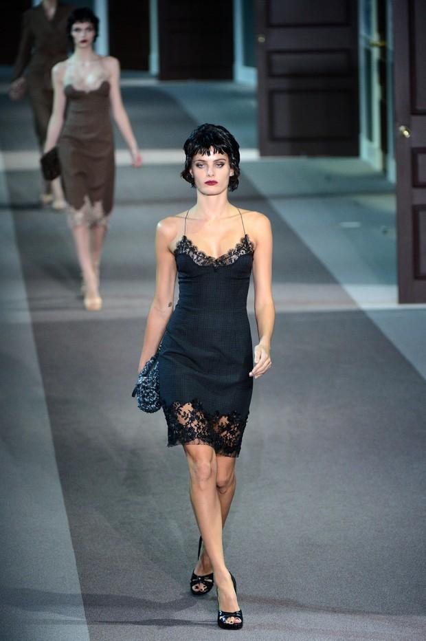 Kate Moss desfila pela Louis Vuitton (Foto: AFP / Agência)