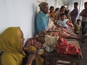 Indianos que tiveram de deixar suas casas ficam em abrigos improvisados (Foto: AP)