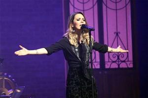 Durante o show, Sandy também se emocionou ao recordar que foi em Curitiba que fez o primeiro show da carreira solo (Foto: Lucas Sarzi)