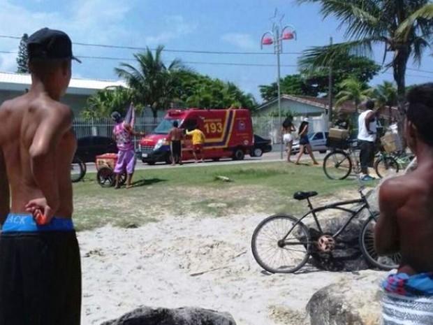Resgate de pescadores chamou a atenção de banhistas em Itanhaém, SP (Foto: Tabloide do Litoral)