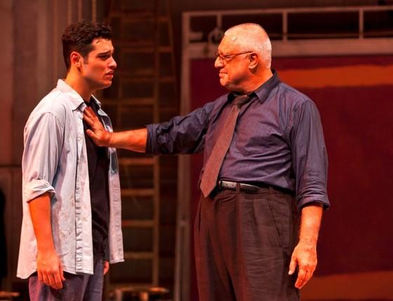 Antonio Fagundes interpreta o pintor Mark Rothko no espetáculo Vermelho, em que divide a cena com o filho Bruno Fagundes (Foto: Divulgação)