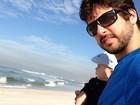 Marido de Claudia Leitte curte praia com o filho: 'Meu bolinho de arroz'