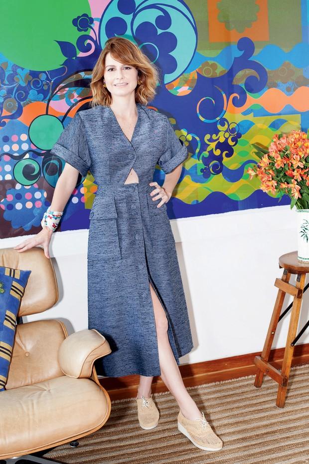 Em frente à obra de Beatriz Milhazes, Mariana usa vestido Stella McCartney e sapatos Robert Clergerie (Foto: Renata Chede)
